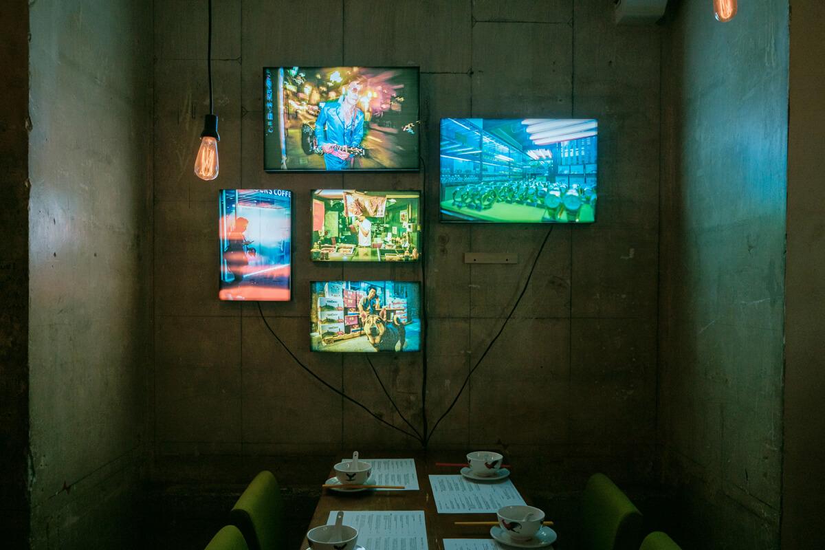 Kinho覺得展覽以燈箱展出照片很有香港的感覺,這就似是五光十色的霓虹燈。