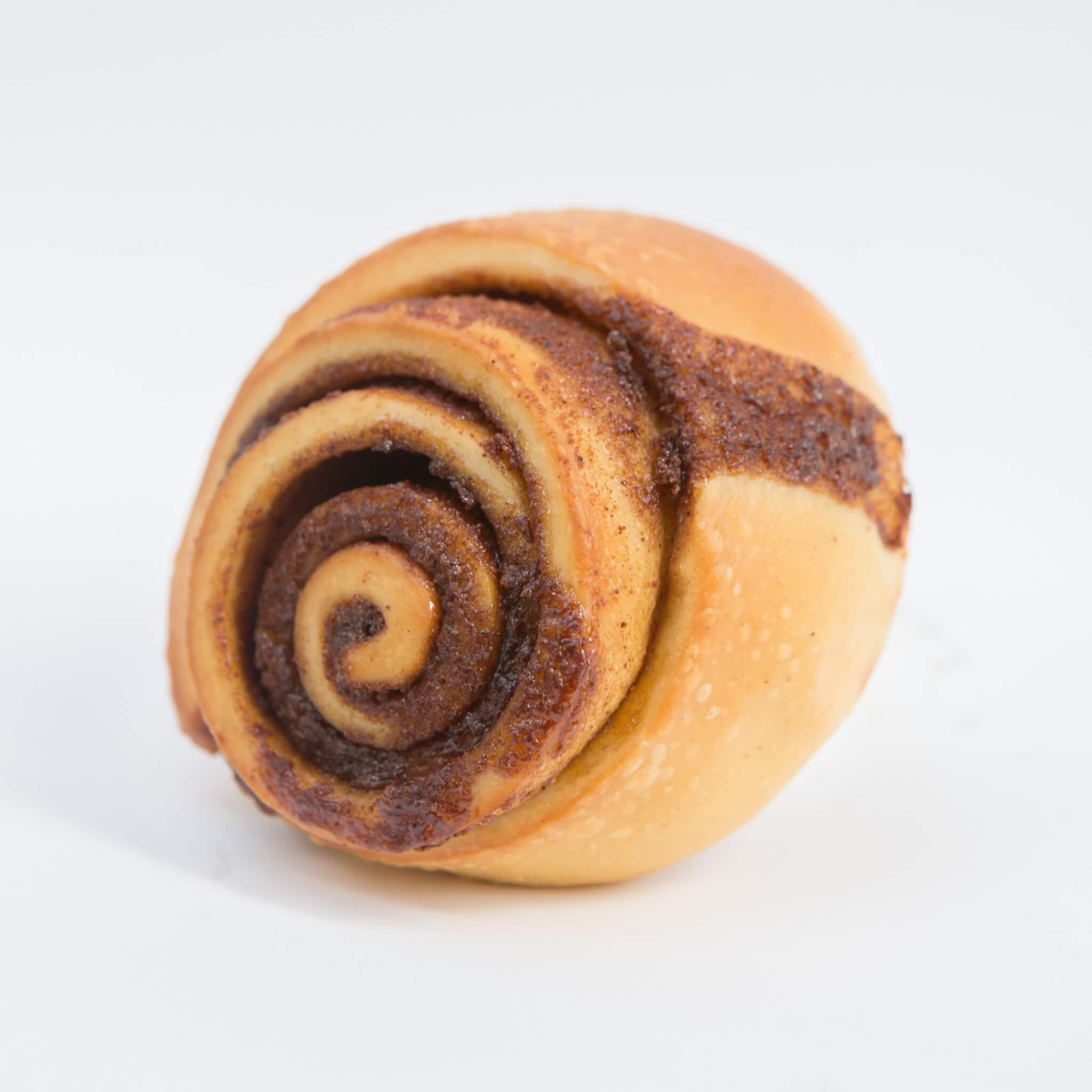 由跑馬地手工麵包店Proof的德籍糕點師Florian 製作。內餡加入了斯里蘭卡及印尼肉桂粉,並 塗在蛋、奶及牛油製成的甜麵糰上,吃來很香 軟。另設海鹽焦糖淋醬版本。(Regular $28/b)