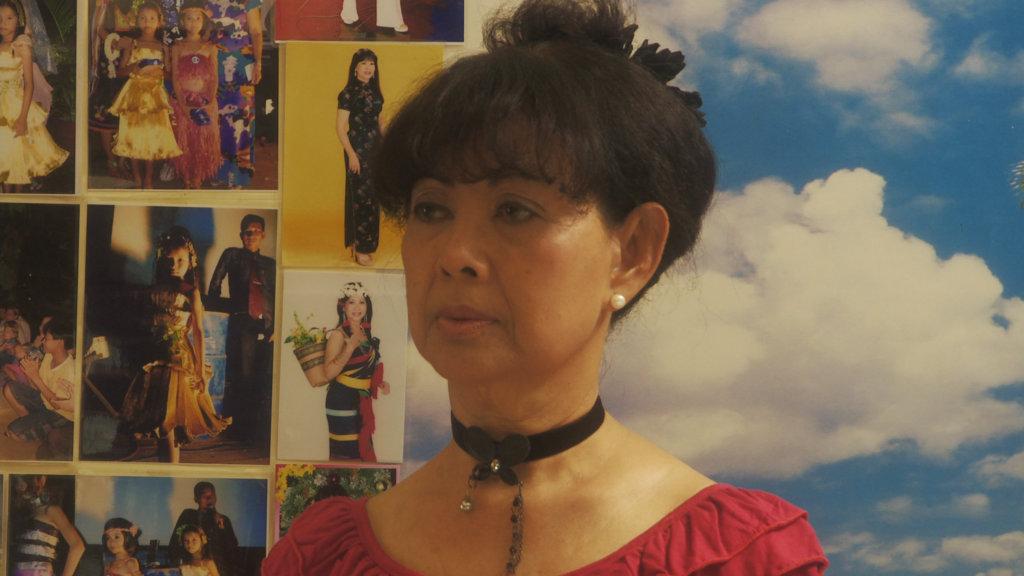 著名柬埔寨影星Dy Saveth在1975年赤柬上台時逃難到法國,繼而移居香港。1993年,她才回歸祖國,重新演戲。