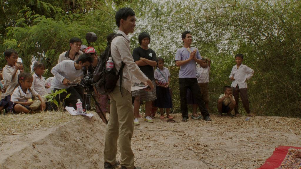 《金影歲月》中加插了一羣柬埔寨年輕人拍電影的場景,周戴維從這些年輕人身上反思到柬埔寨年輕一代與赤柬前歷史的割裂與疏離。