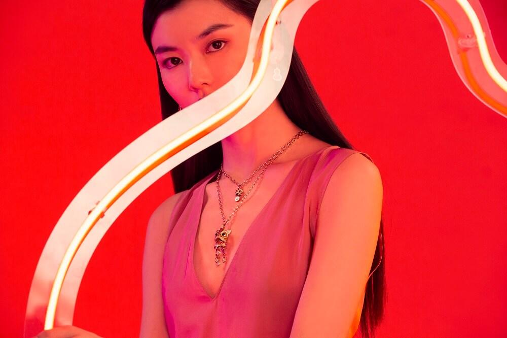 Xi Xi 18K 玫瑰金鑽石、紅寶石及縞瑪瑙吊墜(大) $214,000 Xi Xi 18K 玫瑰金鑽石、紅寶石及縞瑪瑙吊墜(小) $30,800