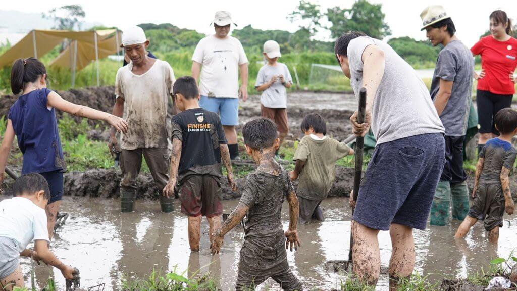 即使落田做/玩到滿身泥濘,大人和小朋友都毫不介意。(攝影:Kitty Hung)