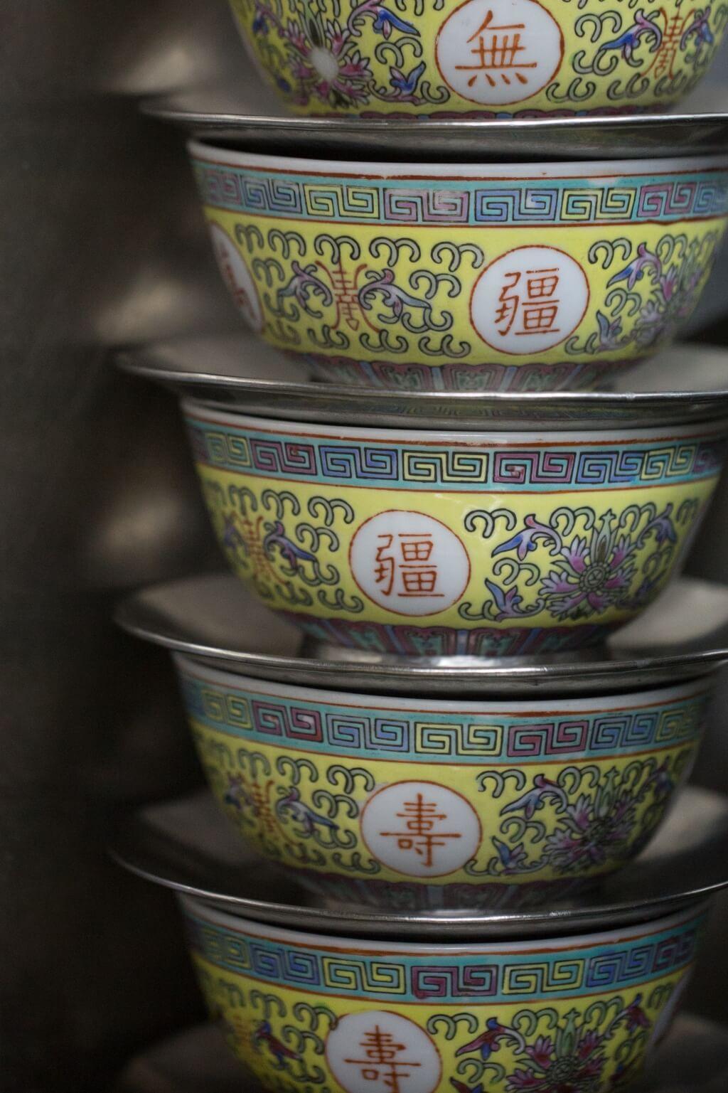 一幢幢黃萬壽擺放在餐廳裏, 由開業至今一直沿用,主要盛 載桑寄生蓮子蛋茶。