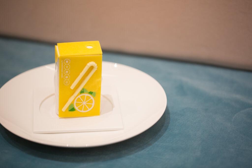 紙包檸檬茶// 這款紙包檸茶是伯爵茶佛手柑蛋糕。外層是白朱古力片,而內層是伯爵茶mascarpone慕絲,再配上佛手柑奶酪、杏仁餅和脆片餅乾製成,甜中帶茶味甘,甜而不膩。($62/件、原個蛋糕$480)