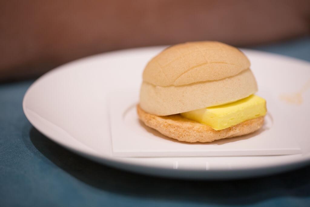 菠蘿包// 用椰子慕絲和椰子dacquoise蛋糕製成,中間夾着的海鹽味mascarpone和菠蘿青檸熱情果醬製成的厚片牛油,賣相與傳統菠蘿油逹八成相似。(65/件、原個蛋糕$520)