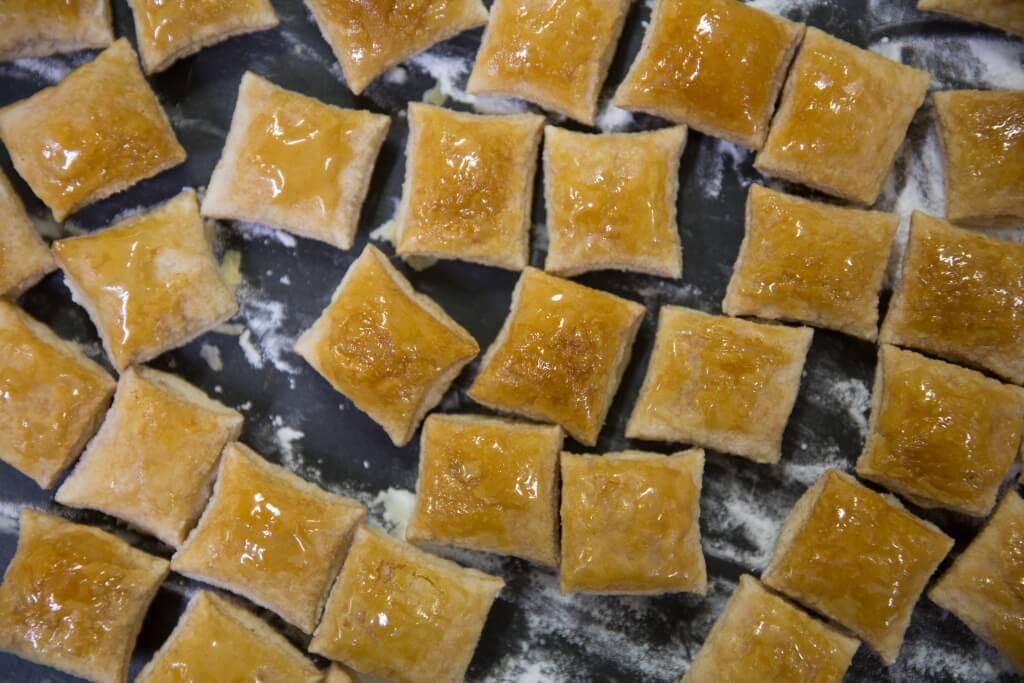 招招積積(焦糖枕頭酥) //枕頭酥形狀如咕𠱸,原形取自兒時小吃枕頭糖。枕頭酥入口鬆化,有濃郁的牛油香和焦糖味,甜度適中。($128/12塊)