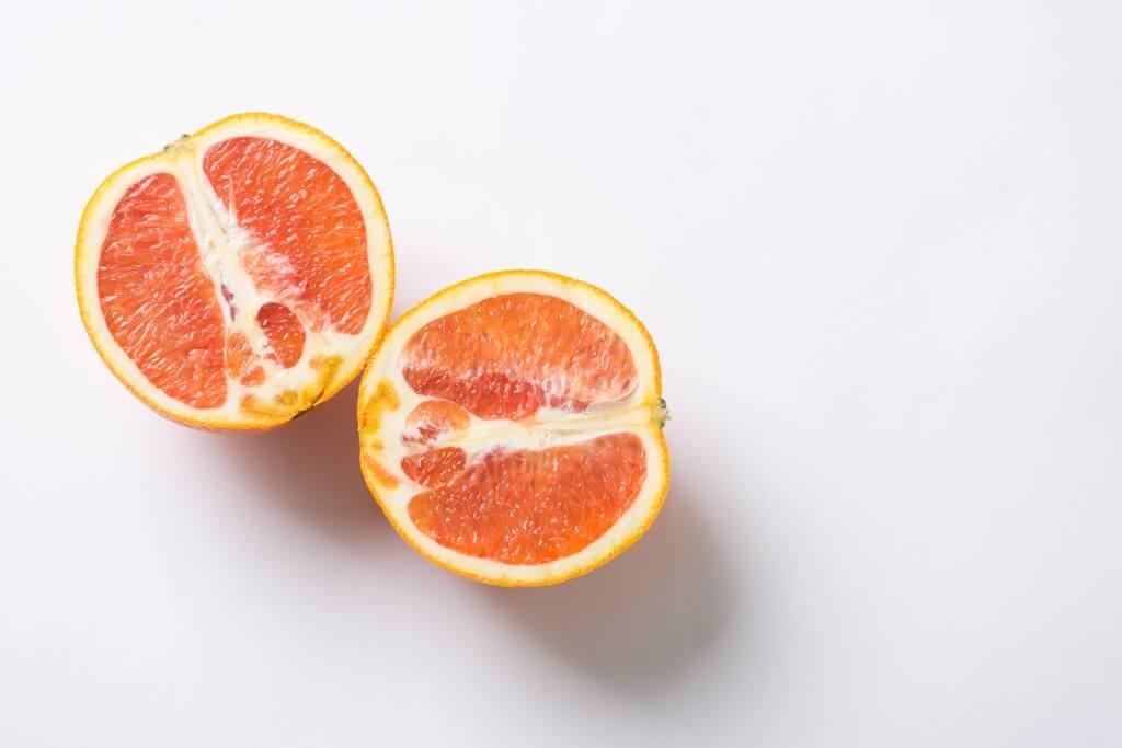 切開紅心和橙,橙肉如西柚般橘紅,水分豐足,橙香濃。跟新奇士的風味,截然不同。