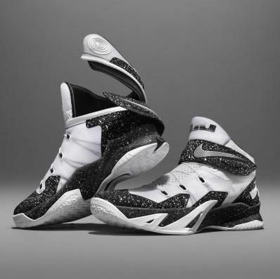 早前運動品牌NIKE,也在英國推出了一款Air Zoom Pegasus 35 FlyEase運動鞋,雙鞋的後部以環繞式帶設計,可直接拉緊鞋帶,能夠讓穿著者僅需用單手便能穿上鞋。
