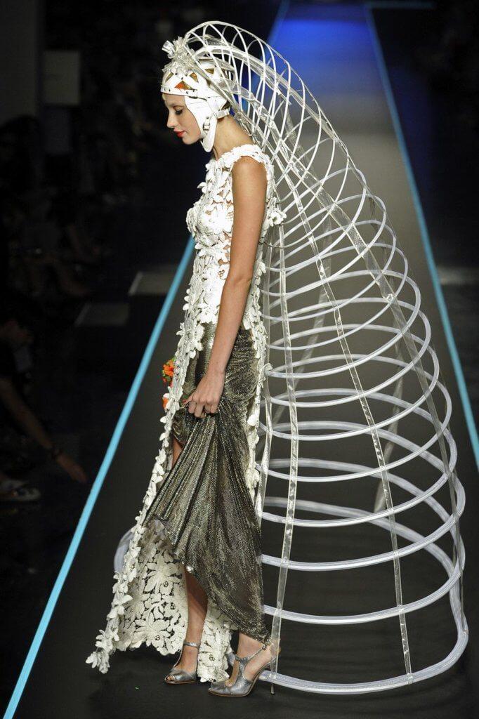 2008秋冬高級訂製時裝系列,便以鳥籠為設計概念,象徵女性打破規範。