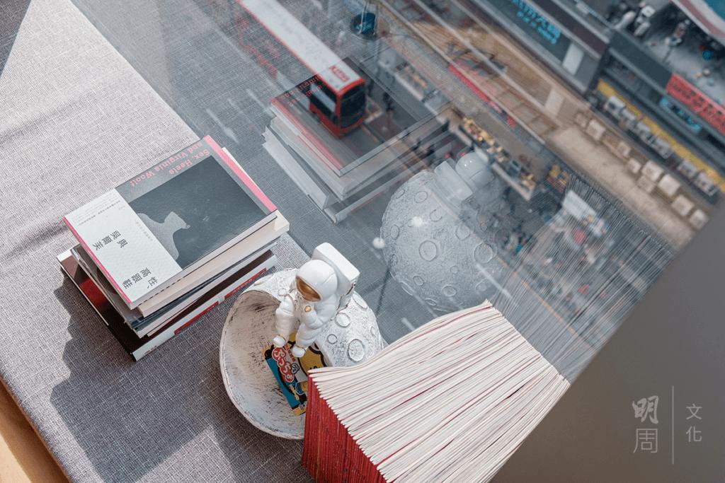 書店有臨街大窗,彌敦道上的喧鬧只是咫尺之隔。
