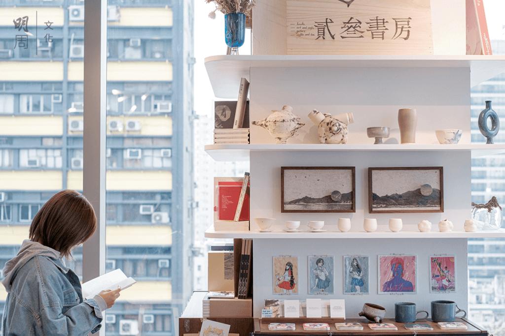 除了賣書外,書房也兼賣各種手工藝、陶瓷、插畫等,帶領讀者走進年輕一代的創作世界。