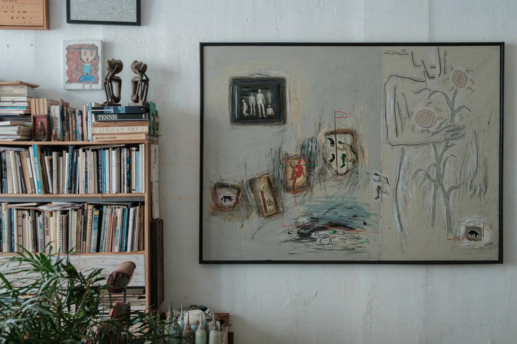 書櫃上白色畫框的畫是黃嘉瀛大學時兒童畫作品,右方的大圖則是呂振光1989年為六四而畫的油畫。可見兩人性格風格迥異,但呂振光很是包容這個學生,而黃嘉瀛亦覺得呂生是大學中僅有的開明老師。