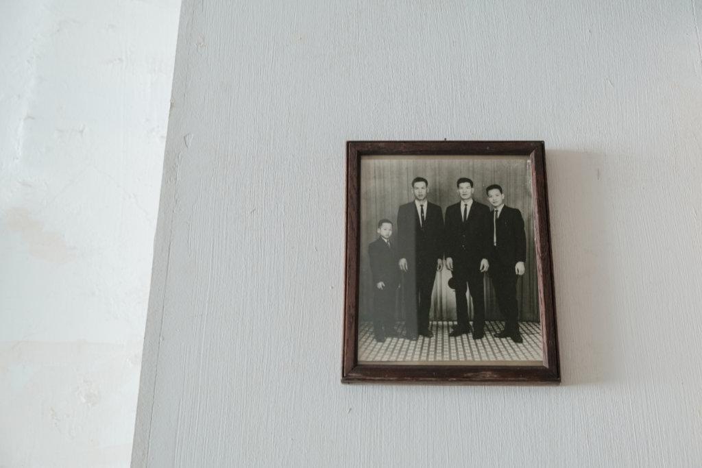 在一張黑白照片中,藝術家老去了。