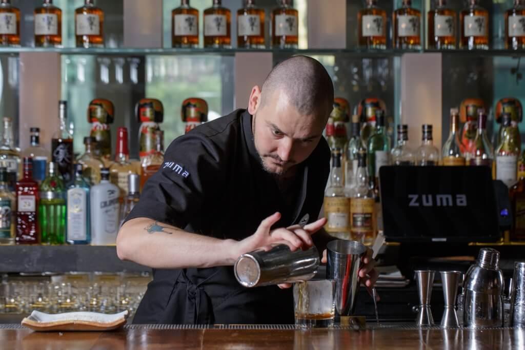 調酒師Adam Hrapko曾於榮獲世界五十佳酒吧的Zuma杜拜店工作。秉承品牌新派日本居酒屋風格,善於運用日本食材,同時喜歡搜羅日本釀酒,讓大家在外地亦能品嘗日本原味道。