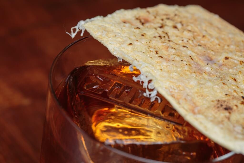 Salted Caramel Old Fashion// 脆片上灑上芝士,再烤香,而製作鹹香和焦味。一口脆餅,再一口甜後回甘的酒底,鹹味意外提升酒香,餘韻悠長。($140)