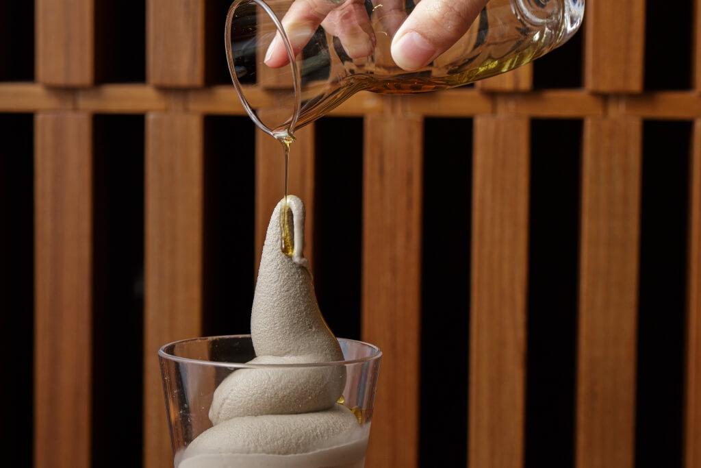百味堂 x 芳油堂麻油牛奶雪糕//味道富層次之選,香甜的黑豆豆乳牛奶雪糕配合麻油的甘香和微鹹,意外地互相中和,惹味之餘,亦甜而不膩。($62)