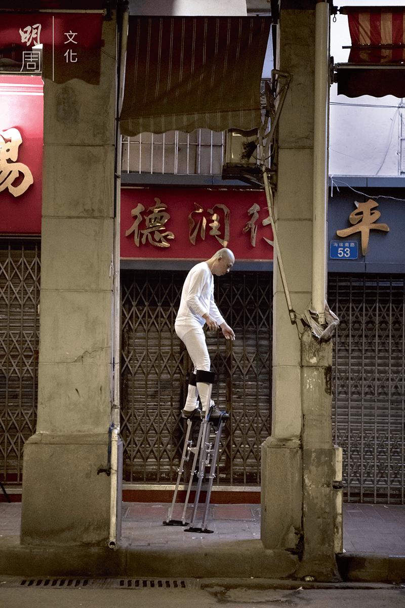 去年新作《颱風》(2019),林一林在深夜的廣州街頭,踩住美國裝修工人用的高蹺,如夢遊般經過一排或面對拆卸命運的騎樓建築。