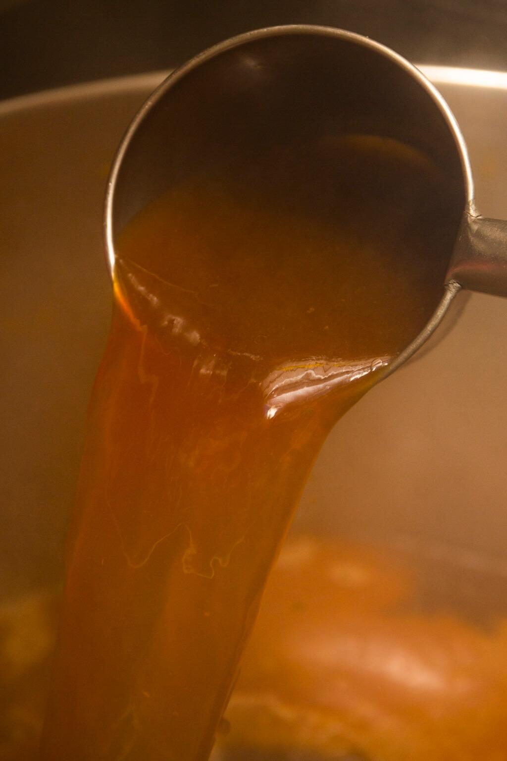 深褐鹹鮮的蝦湯,是讓 客人一吃上癮的原因,難得是 口渴感不強。