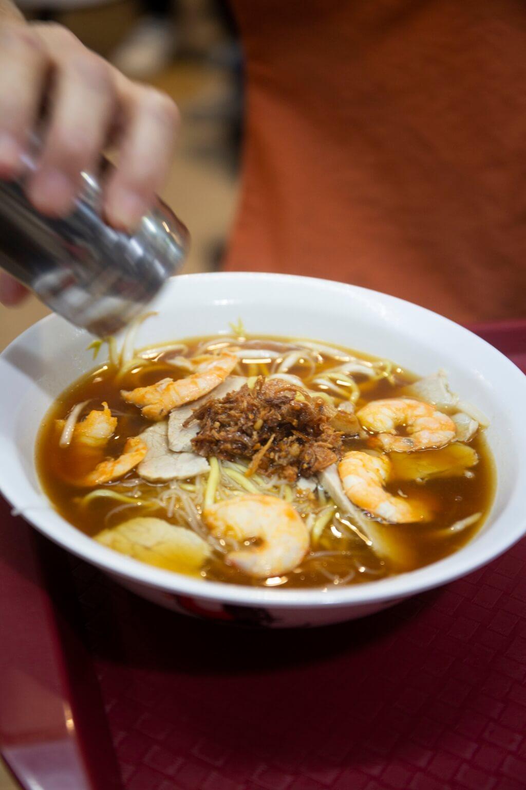 蝦湯香味樸素,也有食 客認為不夠味,所以會加鹽和 胡椒提味。