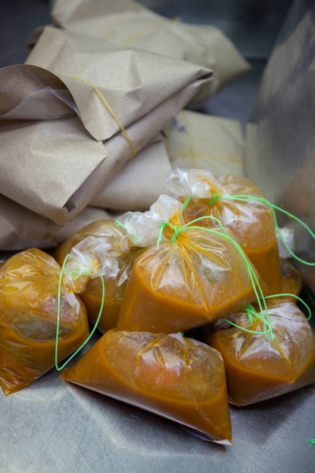 這裏的外賣包裝簡約,參巴辣 醬用膠袋包起;香料飯則用牛 皮紙摺好。
