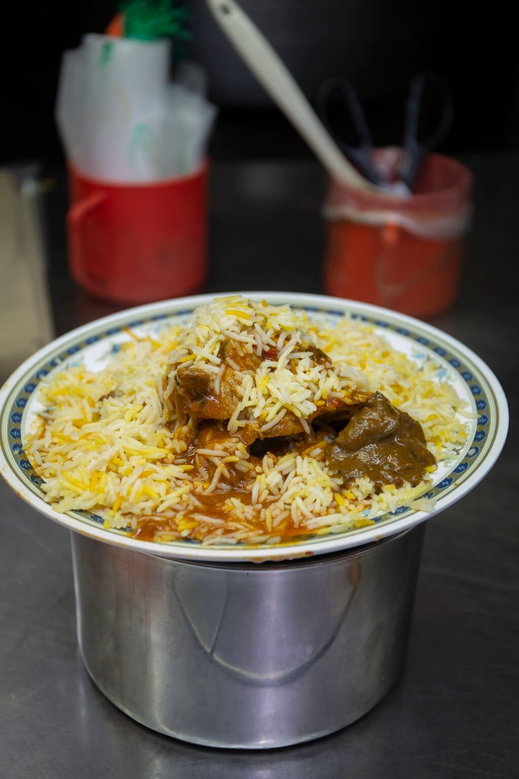 B r i yani Kambing// 即咖喱羊肉香料飯。這裏的特色是 飯和咖喱汁料分開上,讓肉香更突 出。咖喱汁做得又香又清爽。 另有 雞、炸雞及牛可選(SGD $6)。