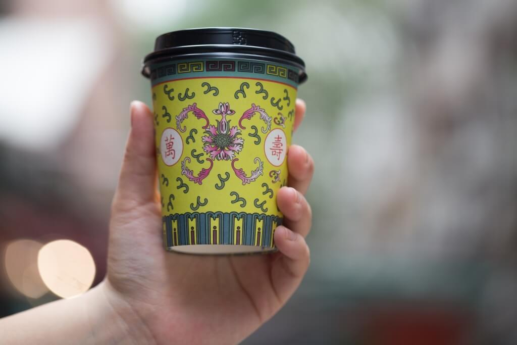 外賣杯由朋友設計,以傳統的萬壽無疆作靈感,有一種新舊糅合的感覺。