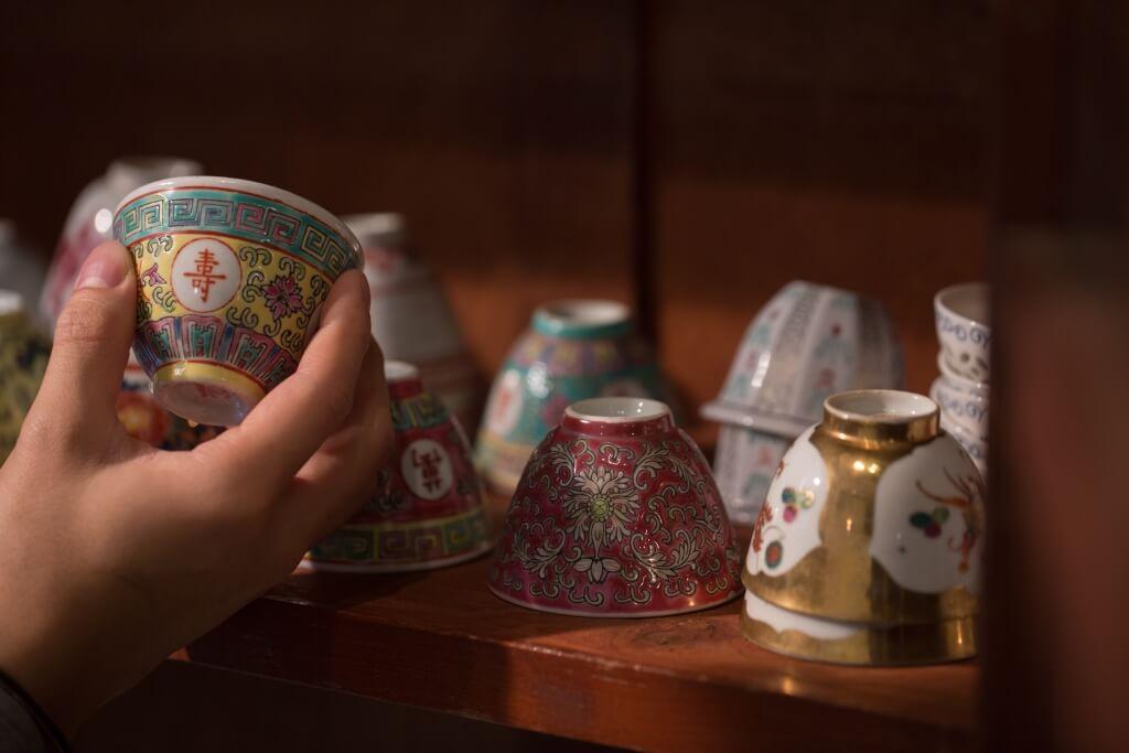 這裏用杯講究,無耳小小的一個茶杯,是用來呷Expresso 的,一來分量少,好讓一飲而盡,其杯口傳來 強烈的咖啡香。