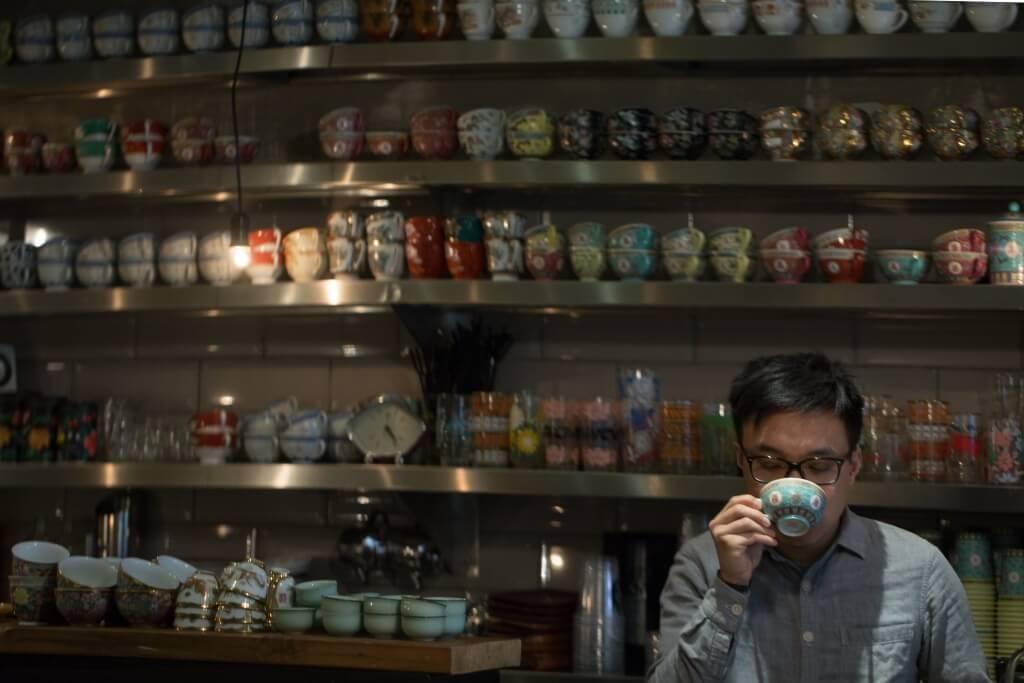 半路咖啡老闆Tommy特 別鍾情有耳杯,咖啡店既是賞 啡之地,也是他的杯具博物館。 希望來品咖啡者能着眼整套由 外觀到味道的美學。