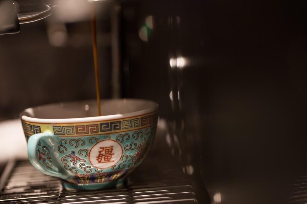 。而人氣的 「萬壽無疆」或廣瓷杯,飲Latte時不怕熱,還 能清晰欣賞拉花。