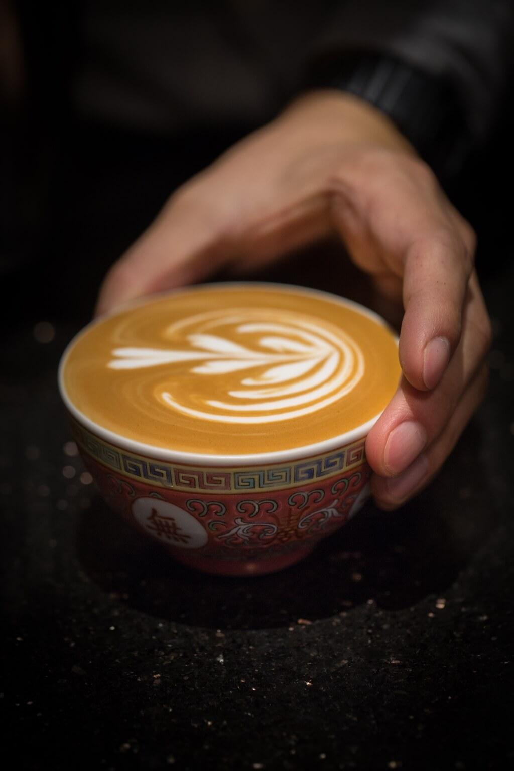 萬壽無疆杯主要盛載Latte,原 因瓷質可以使咖啡質地更濃 稠、厚滑,同時闊杯面更能呈 現拉花圖案。