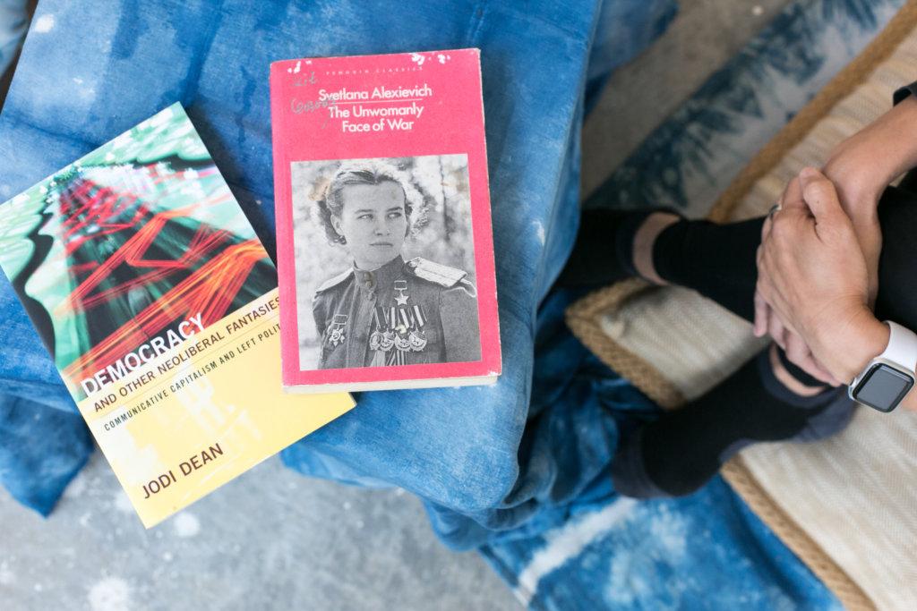 她們帶了兩本書與對方分享。左為詩靈的書《Democracy and Other Neoliberal Fantasies : Communicative Capitalism and Left Politics》,右為豁然的書《The Unwomanly Face of War》。