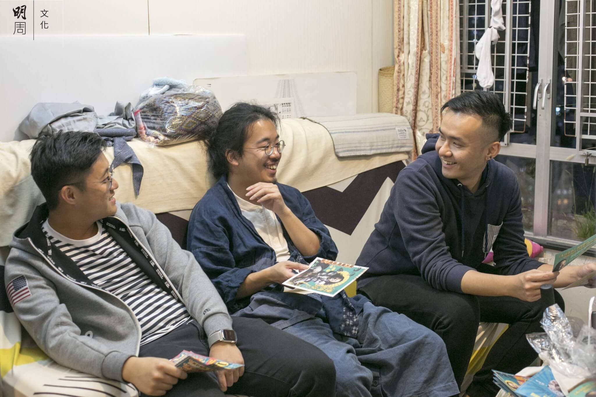 連桷璋的文宣幕後功臣是現職設計公司藝術總監的Ming(右)和攝影師Issac(左)。Ming是連識於微時的中學同學,而Issac則透過Ming與連結交,他們在去年6月抗爭運動爆發前,會一起打機、打羽毛球;抗爭爆發後,他們也想盡能力,為社會做一點事,所以無償協助連競選。