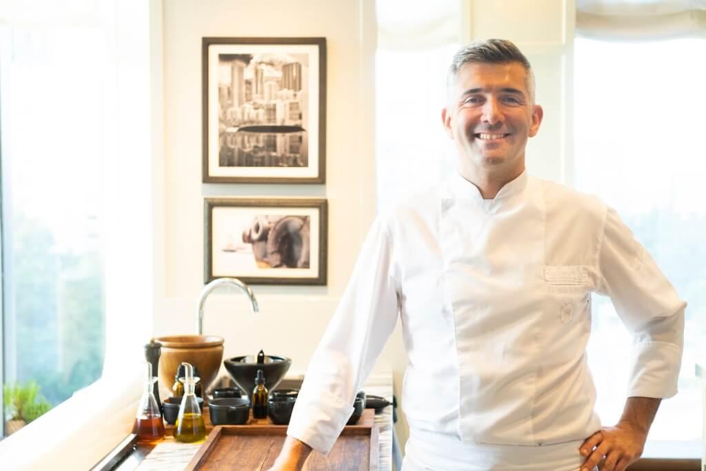 主廚Renaud Marin料理風格糅合地中海和日本健康飲食文化。同時主張無肉料理,選用本地時令漁農產品入饌,以示支持本地農民、漁民。