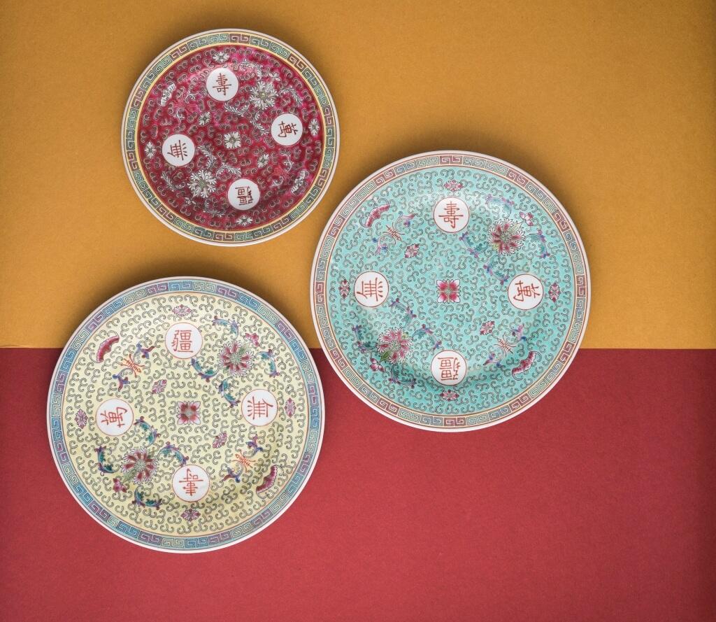 大家對萬壽無疆瓷器應該不陌生,但其實還有嬌黃、翡翠綠色、稀有的 寶藍色和紫紅色。多樣、豐富的色彩 就是萬壽無疆瓷的特色。