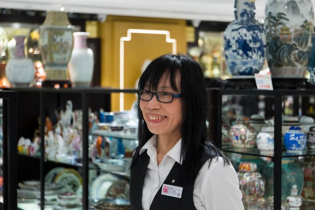 裕華工藝部長陳敏娜小姐 稱,景德鎮曾於七、八十年 代出產92件頭套裝。當中包 括橢圓魚碟、豉油碟、飯碗 等。原整一套在當時市值不 用千元,故受不少移民華僑 追捧,一套套被運到外地。