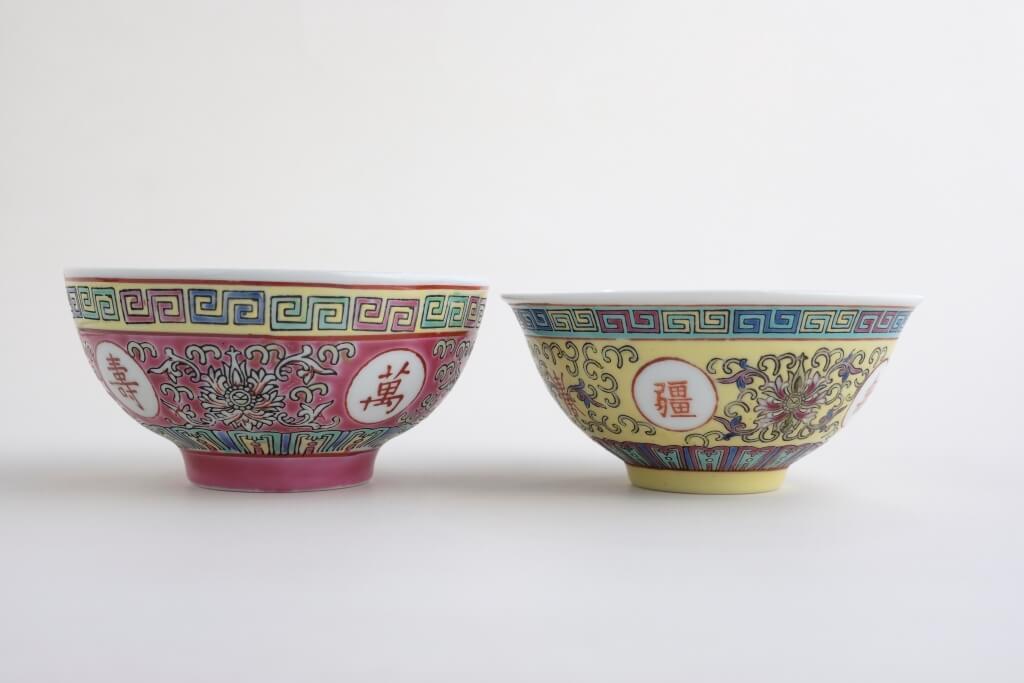 「萬壽無疆」瓷中較常見「敞口」 (右)和「直口」(左)碗,「敞 口」碗口向外敞,而且較薄,適 合飲湯;「直口」碗瓷質較厚, 適合盛飯。