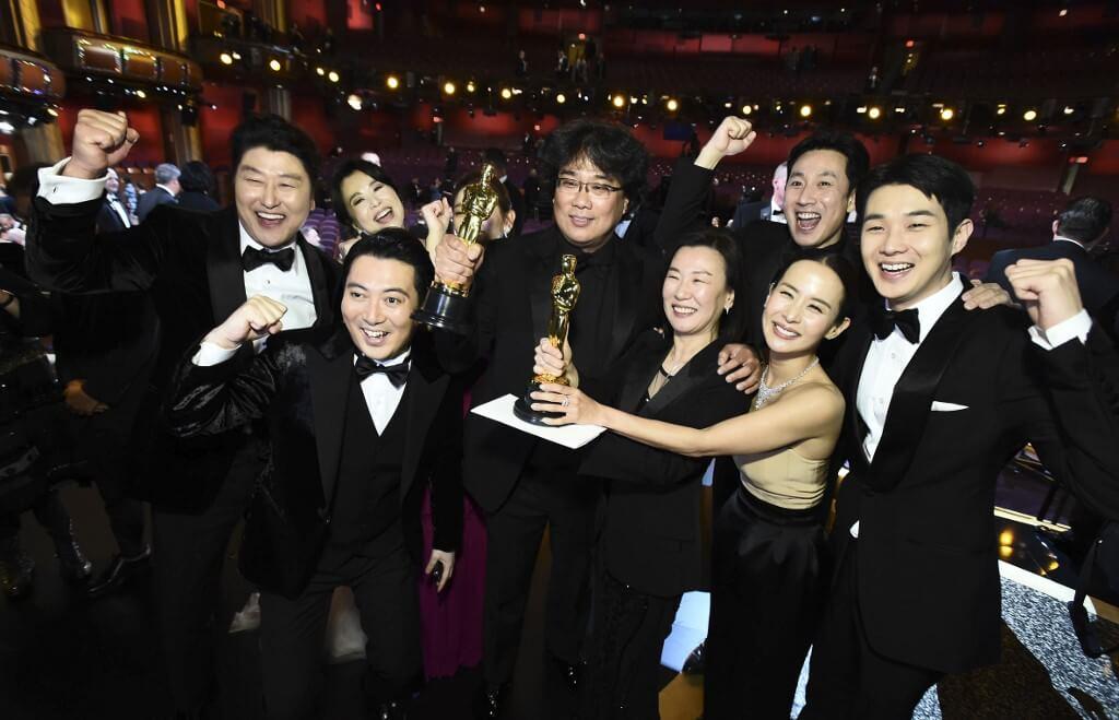 2月9日晚,除了是奉俊昊個人的事業高峰,《上流寄生族》團隊享盡榮光之夜,更是南韓電影的里程碑。(法新社)