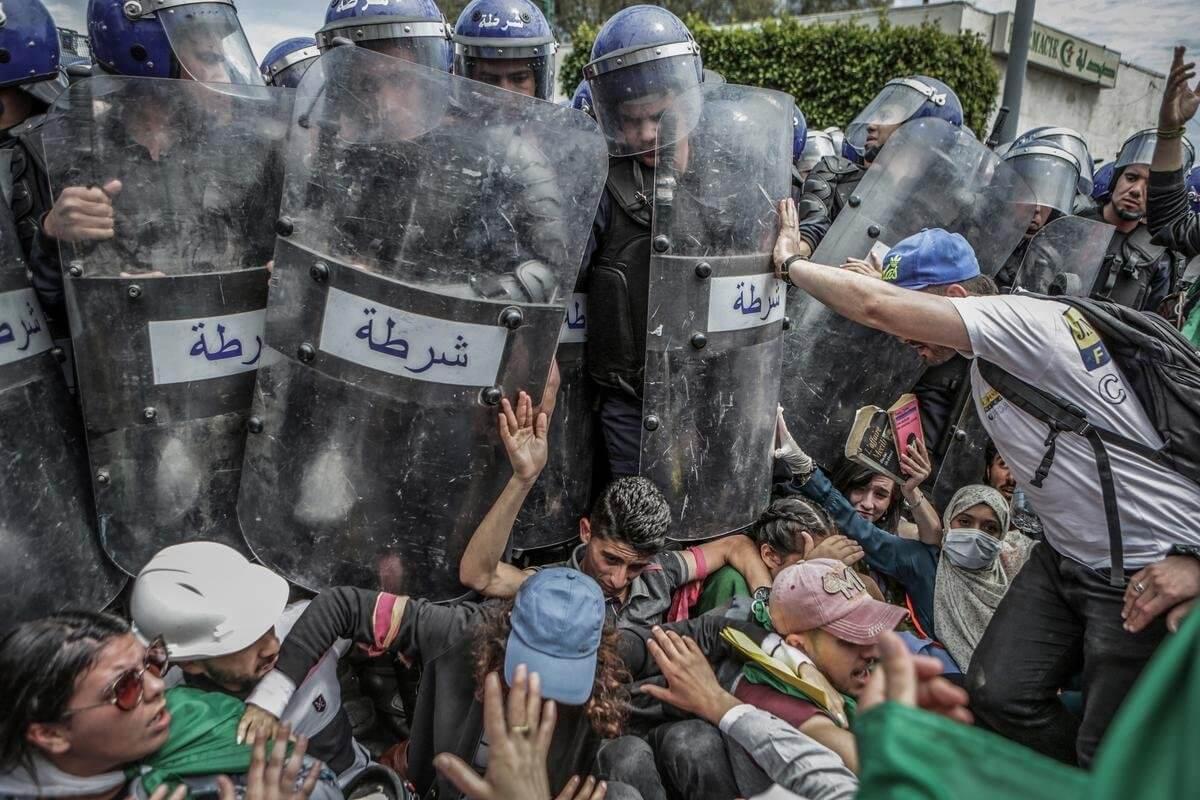 阿爾及利亞學生在反政府示威活動中與防暴警察發生衝突。(攝影:Farouk Batiche/德新社)