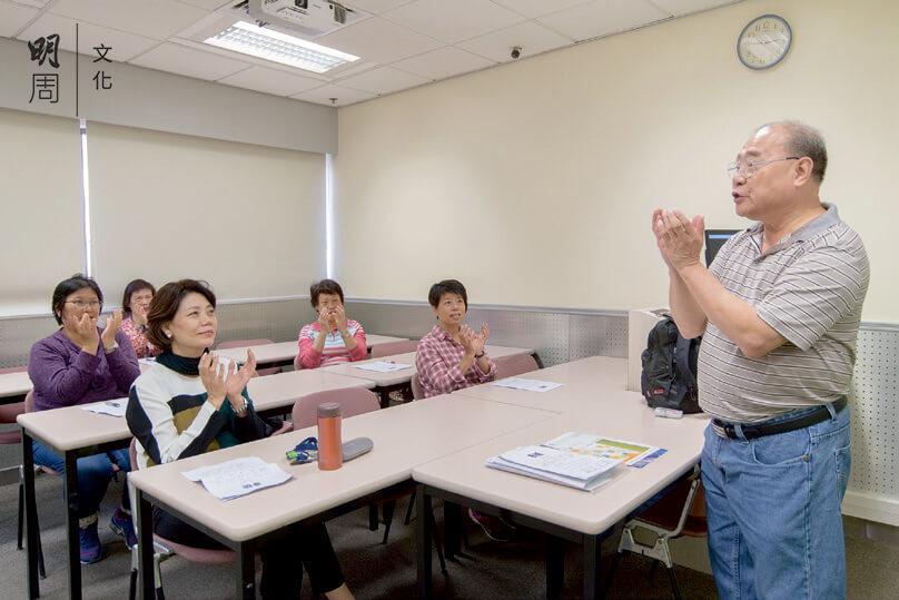 活齡學院薈賢廊課程,退休族正在學手語。
