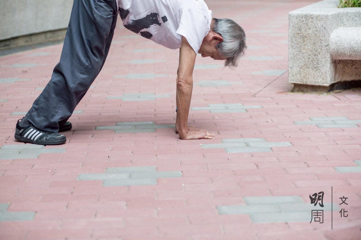 每天練習少林易筋洗髓功,筋骨柔軟過年輕人。