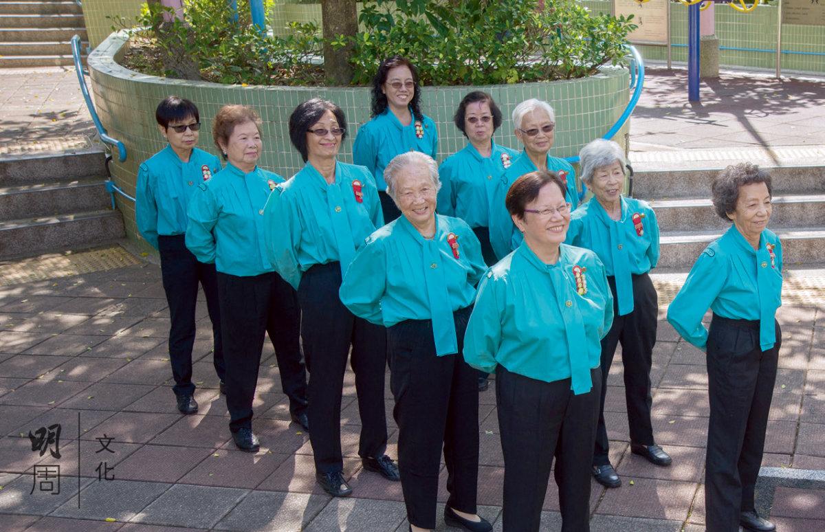 香港傷健協會赤柱石澳長者 鄰舍中心,一班鶴髮童顏的 婆婆穿着制服練步操,個個 英姿颯爽。