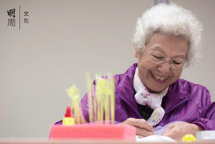 麵粉花手工藝班,七十四歲的陳碧霞十分享受微型手工藝術。