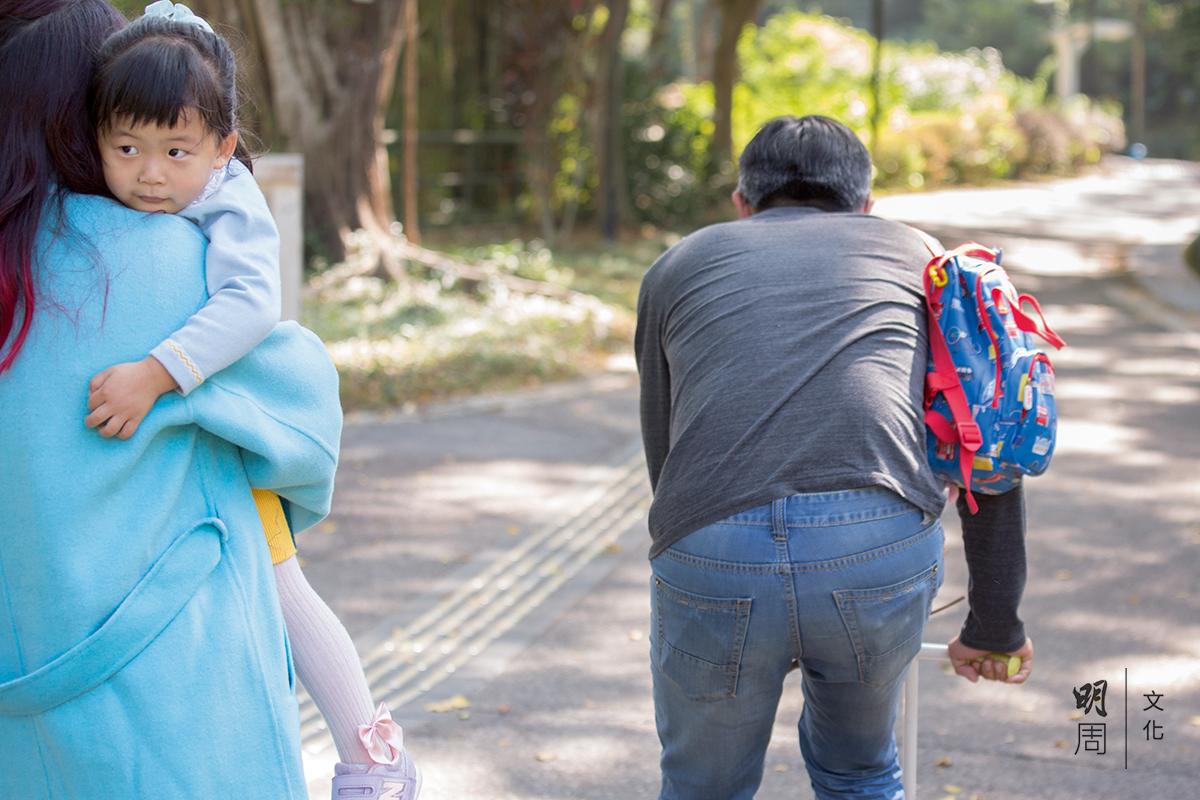 女兒累了要媽媽抱,輪到爸爸駛着滑板車風馳電掣。