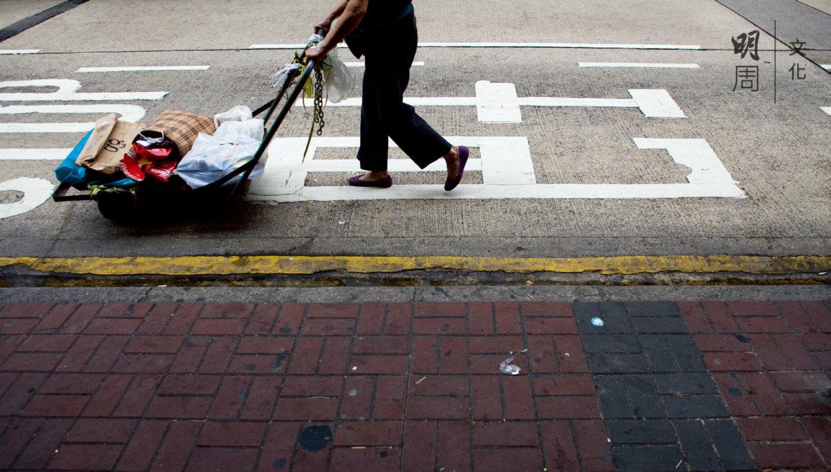 推一部車仔,上面放幾個膠袋,出發了。