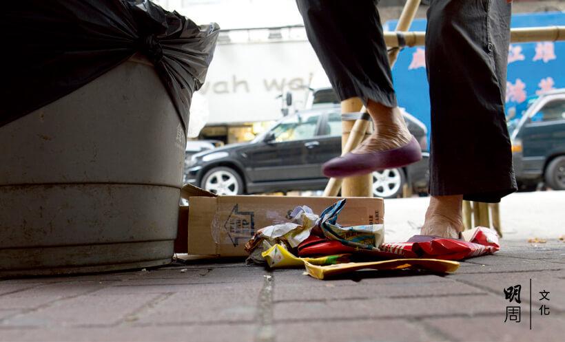 飲品包裝盒和小紙盒都先一腳踩扁。