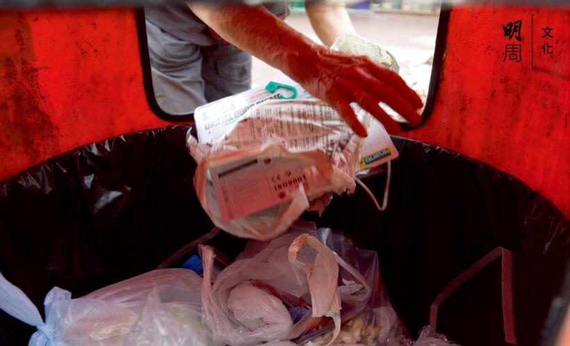 她的手伸進充滿未知的又髒又臭的垃圾桶只為摸出一片紙或一個鋁罐。