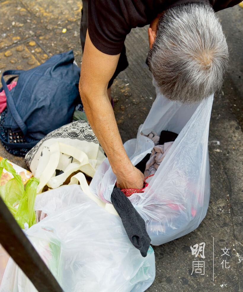 撿到一袋舊衣物,可賣四元一公斤。