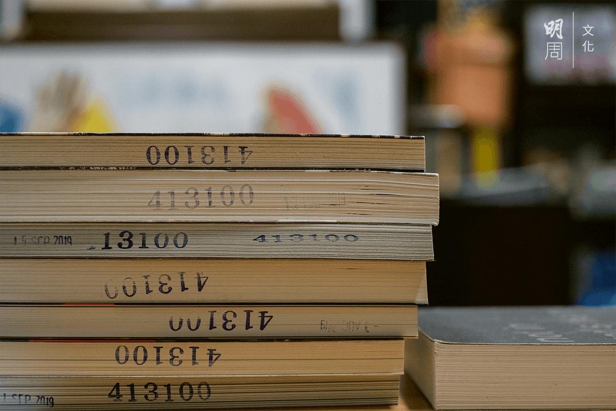 他服刑期間,靠女朋友送來的書當精神食糧。這些印上懲教署編號的書,現在安放在立法會辦公室裏。