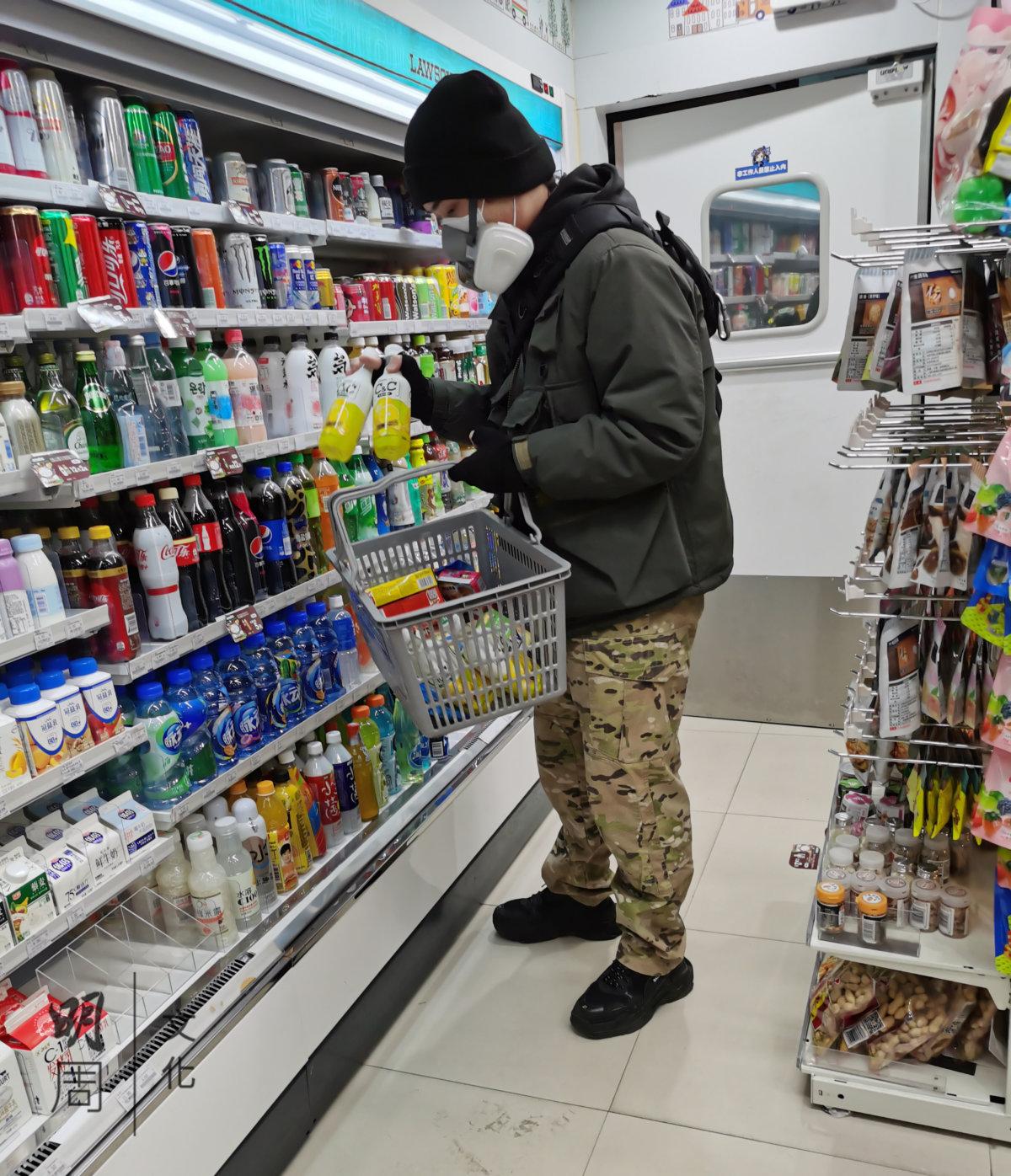 武漢封城消息發佈後,凌晨四點在24小時便利店搶購的市民