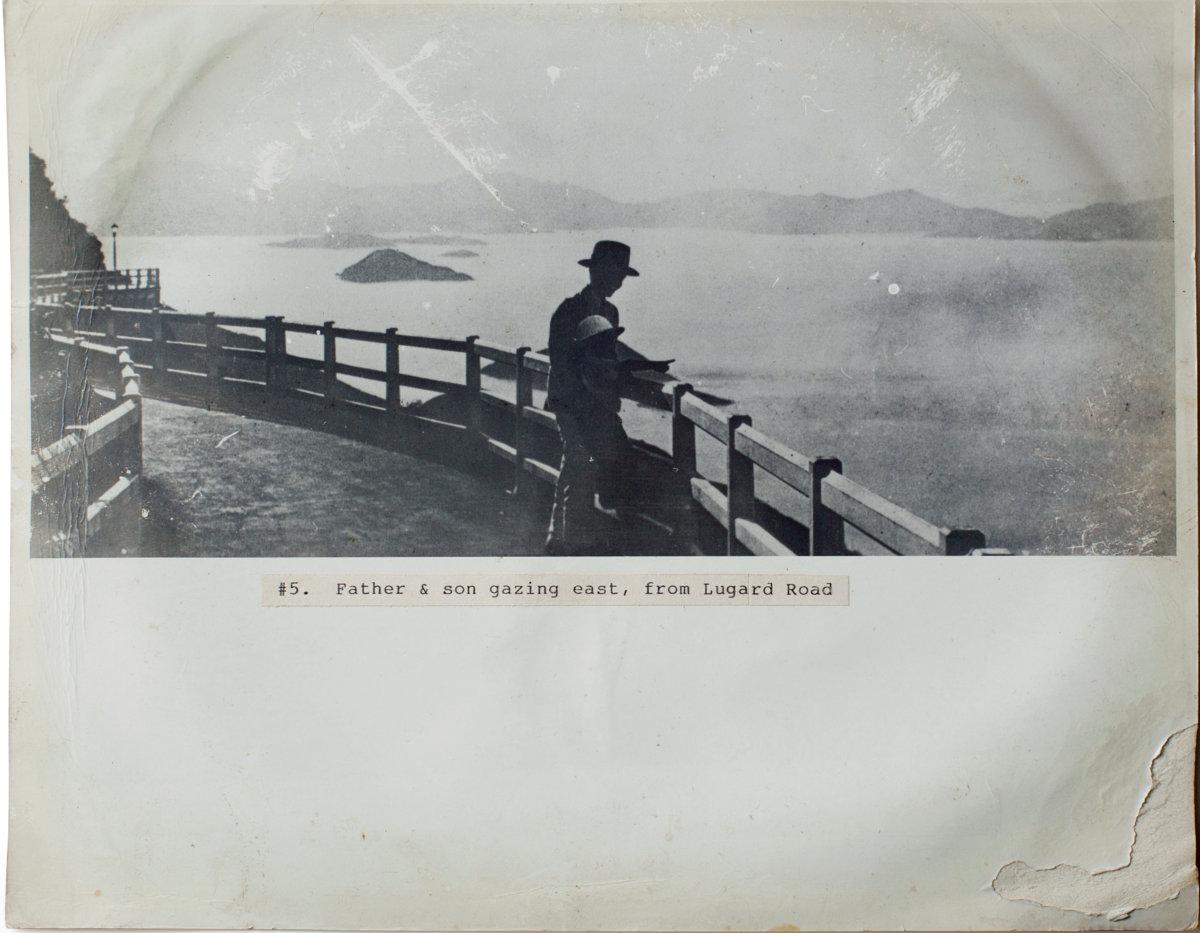盧吉道上,父子憑欄看風景。有一份現今失落了的香江浪漫。(圖片由受訪者提供)